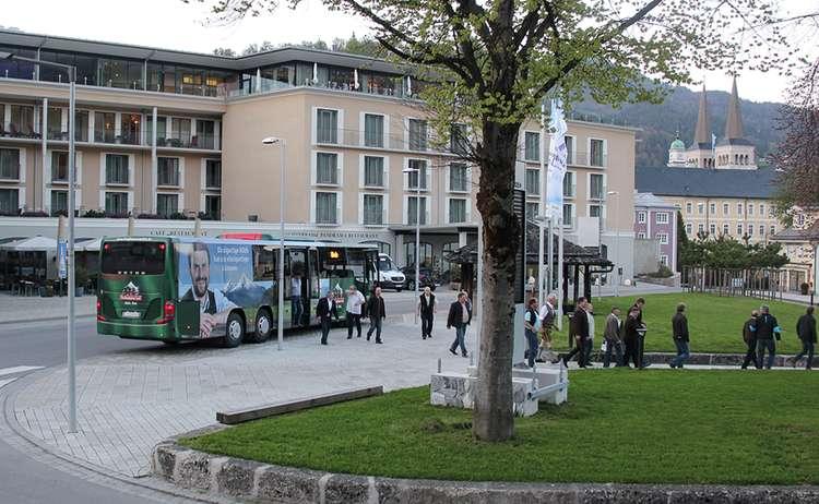 Der Bergbauernmilch Bus vor dem AlpenCongress